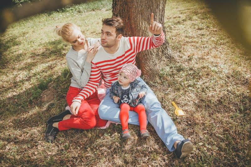 Gelukkige jonge familie in openlucht royalty-vrije stock foto