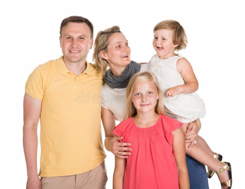 Gelukkige jonge familie samen met jonge geitjes royalty-vrije stock foto's