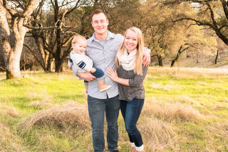 Gelukkige Jonge Familie samen in openlucht royalty-vrije stock foto's