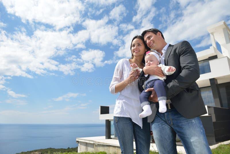 Gelukkige jonge familie thuis stock afbeelding