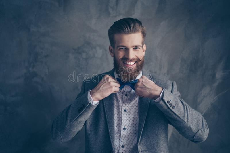 Gelukkige jonge gelukkige gebaarde mens met snor in formalewear tribune royalty-vrije stock afbeeldingen
