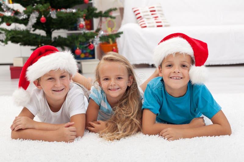 Gelukkige jonge geitjes in Kerstmistijd royalty-vrije stock fotografie