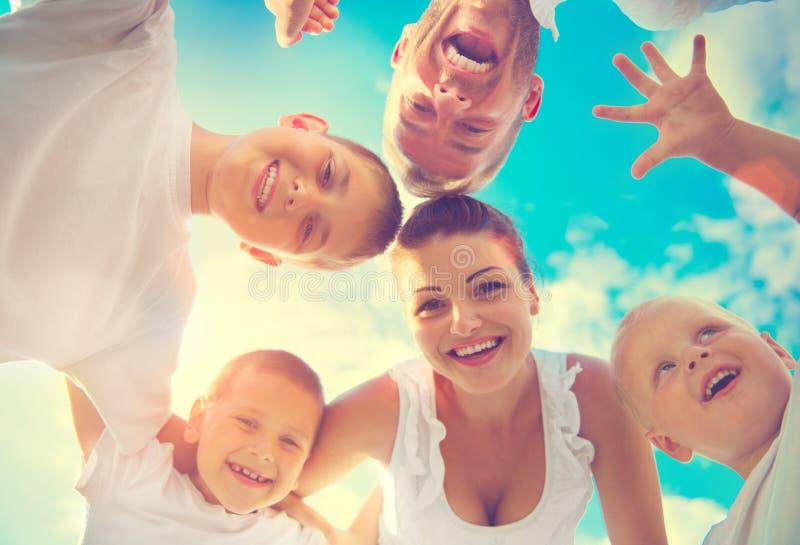 Gelukkige jonge grote familie die pret hebben samen stock afbeeldingen