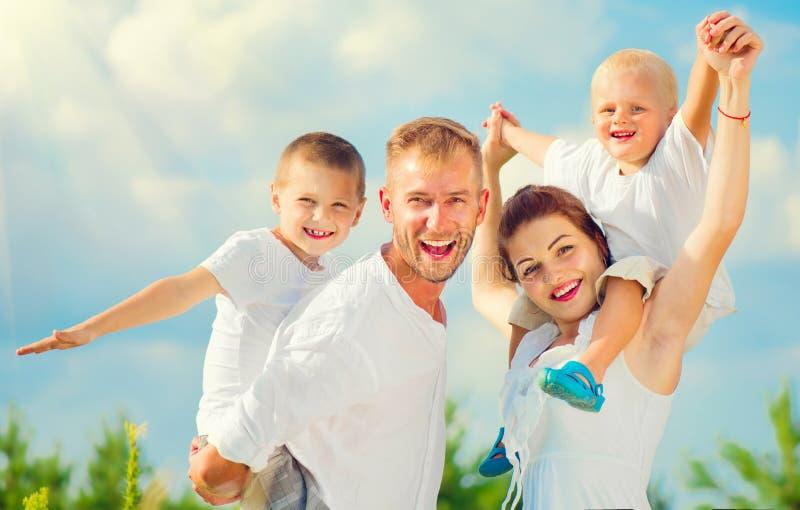 Gelukkige jonge grote familie die pret hebben samen stock foto
