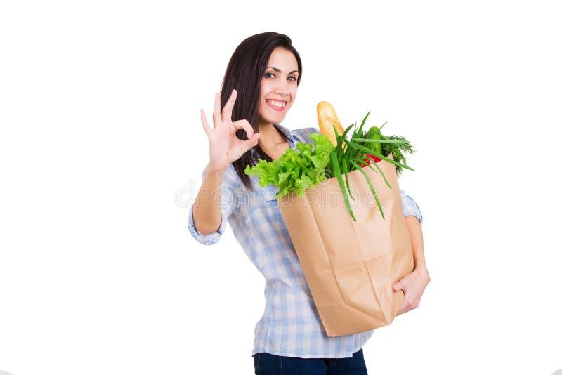 Gelukkige jonge het document van de vrouwenholding zak met kruidenierswinkels stock foto's
