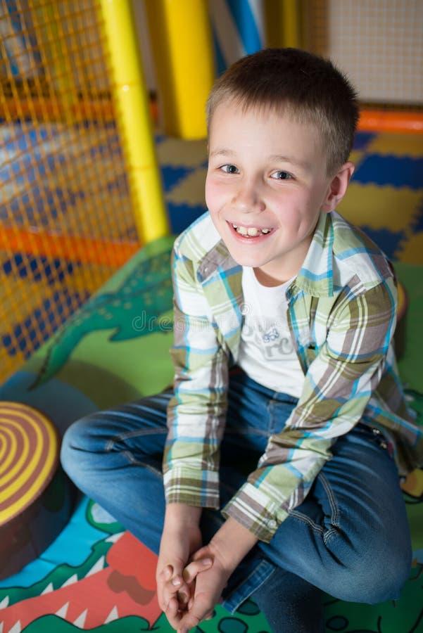 Gelukkige jonge jongen royalty-vrije stock afbeelding