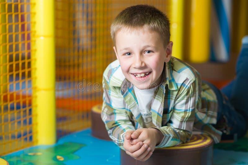 Gelukkige jonge jongen stock afbeeldingen