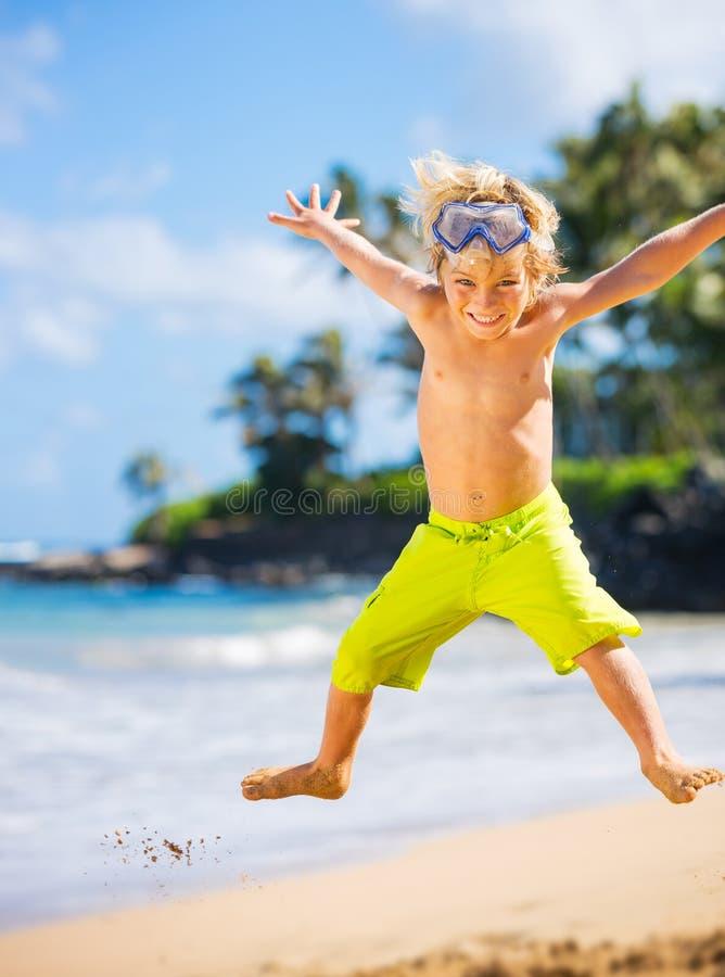 Gelukkige jonge jongen bij het strand stock fotografie