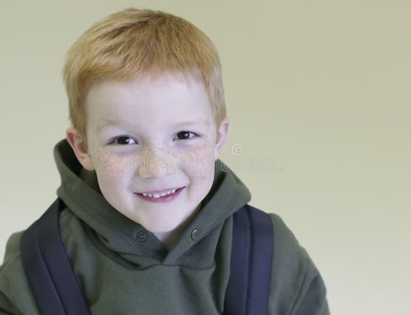 Gelukkige Jonge Jongen met Rugzak stock afbeeldingen