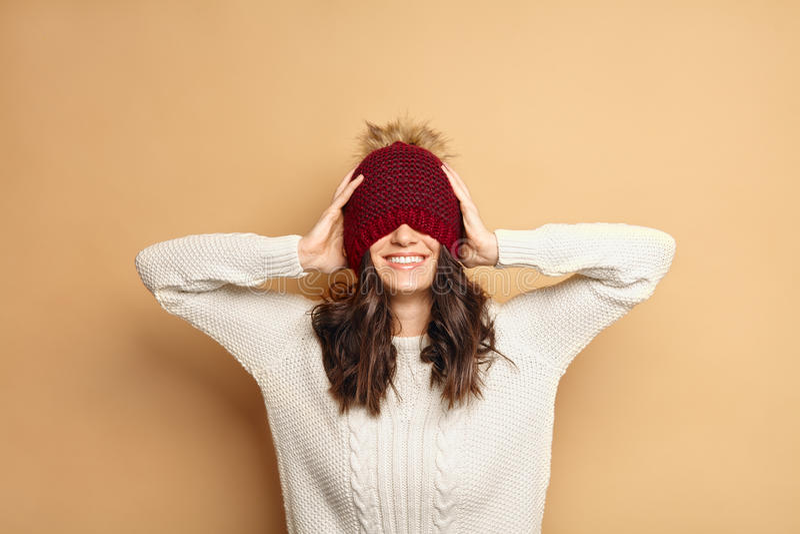 Gelukkige jonge Kaukasische donkerbruine vrouw in de winteruitrusting royalty-vrije stock afbeelding