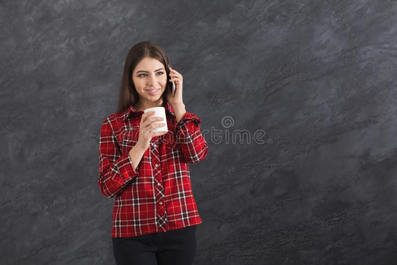 Gelukkige jonge Kaukasische vrouw die op mobiele telefoon spreken stock fotografie