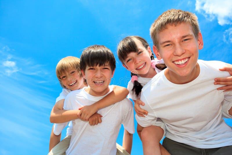 Gelukkige jonge kinderen in openlucht stock foto's
