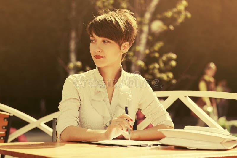 Gelukkige jonge manier bedrijfsvrouw die bij stoepkoffie werken royalty-vrije stock foto