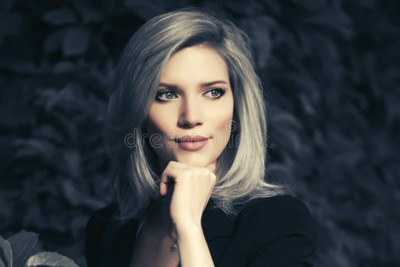 Gelukkige jonge manier bedrijfsvrouw in een stadspark royalty-vrije stock foto's