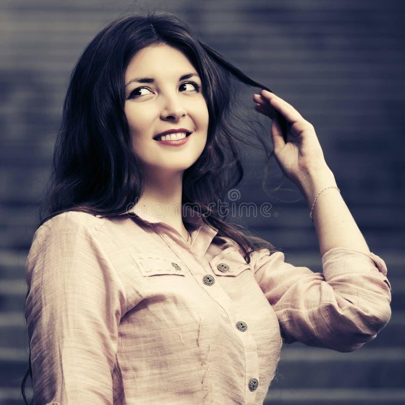 Gelukkige jonge maniervrouw in lichtrose overhemd stock afbeeldingen