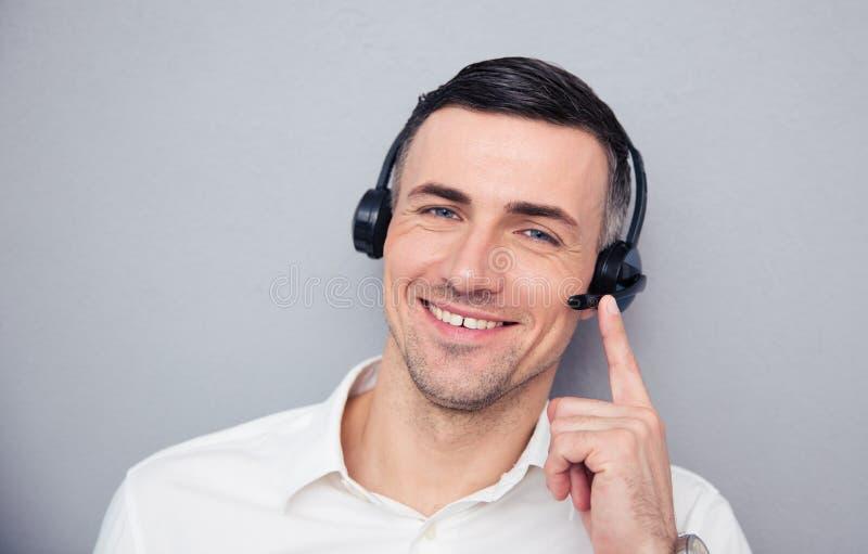 Gelukkige jonge mannelijke exploitant in hoofdtelefoons stock afbeeldingen