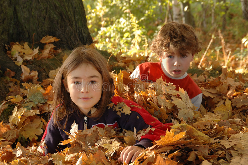 Gelukkige jonge meisje en jongen stock afbeelding