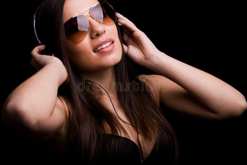 Gelukkige jonge meisje het luisteren muziek stock afbeelding