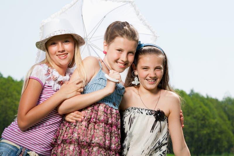Gelukkige jonge meisjesvrienden royalty-vrije stock foto