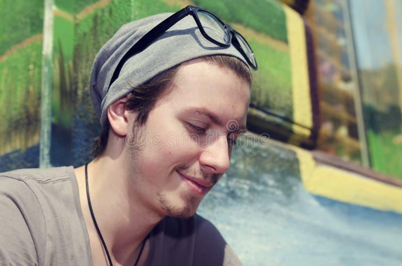 Gelukkige jonge mens in de stad stock afbeelding