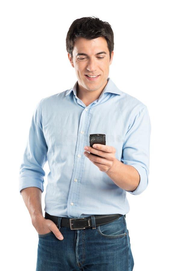 Gelukkige Jonge Mens die Celtelefoon met behulp van royalty-vrije stock foto's