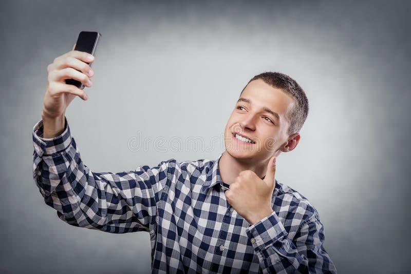 Gelukkige jonge mens die een selfie nemen stock afbeeldingen