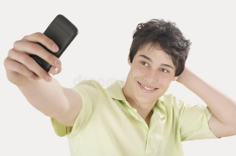 Download Gelukkige Jonge Mens Die Een Selfiefoto Met Zijn Slimme Telefoon Nemen Stock Foto - Afbeelding bestaande uit kaukasisch, lach: 54078174