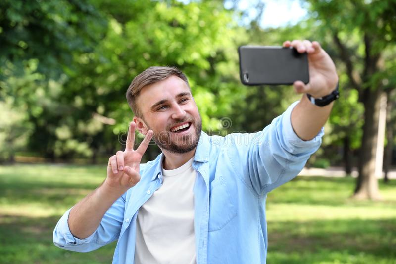 Gelukkige jonge mens die selfie nemen stock afbeeldingen
