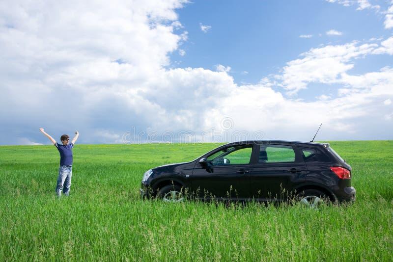 Gelukkige jonge mens en zijn eerste auto stock fotografie