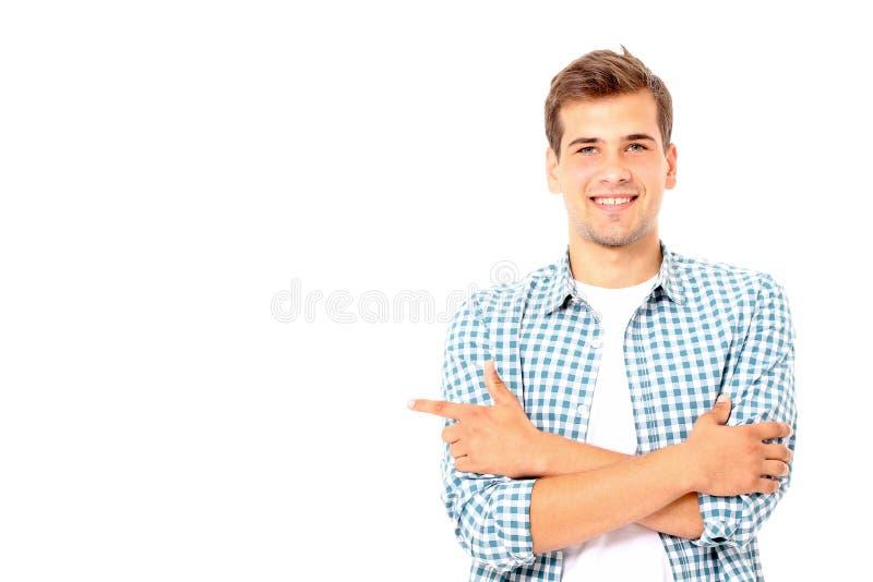 Gelukkige jonge mens Het portret van de knappe jonge mens in plaidoverhemd het houden bewapent gekruist en glimlachend De ruimte  royalty-vrije stock fotografie