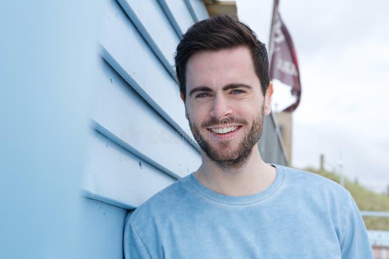 Gelukkige jonge mens met baard het glimlachen stock foto's
