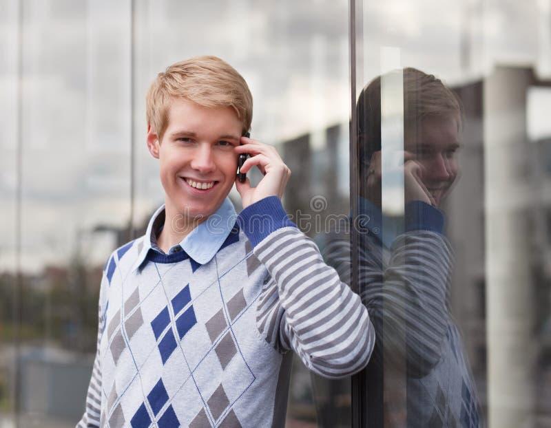 Gelukkige jonge mens met cellphone royalty-vrije stock fotografie