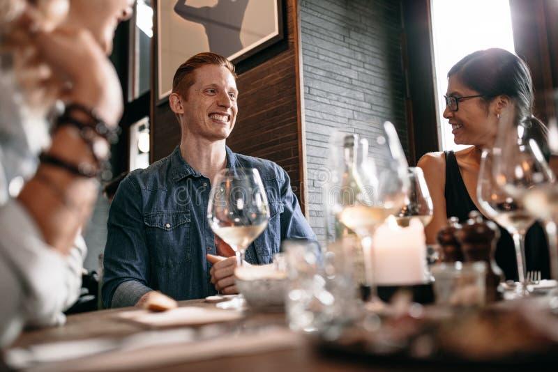 Gelukkige jonge mens met vrienden bij koffie royalty-vrije stock foto's