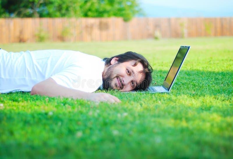 Gelukkige jonge mens op groene weide stock foto's