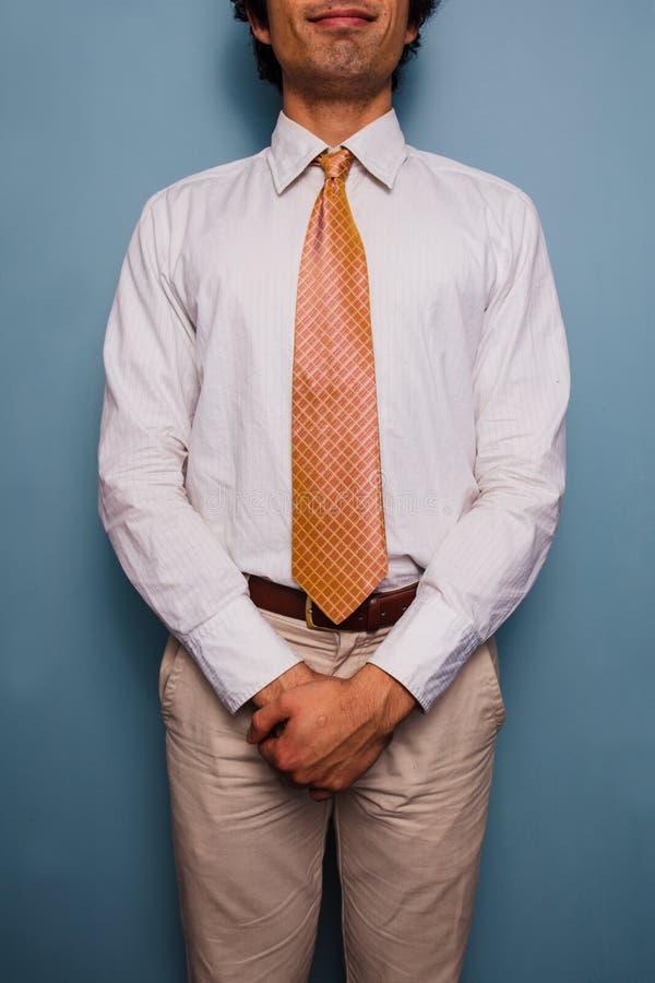Gelukkige jonge mens in overhemd en band stock foto