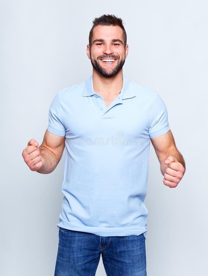 Gelukkige jonge mens in polooverhemd stock foto