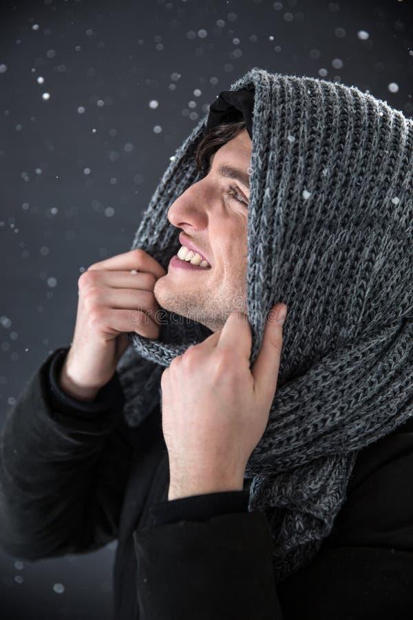 Gelukkige jonge mensenmens met sneeuw royalty-vrije stock afbeelding