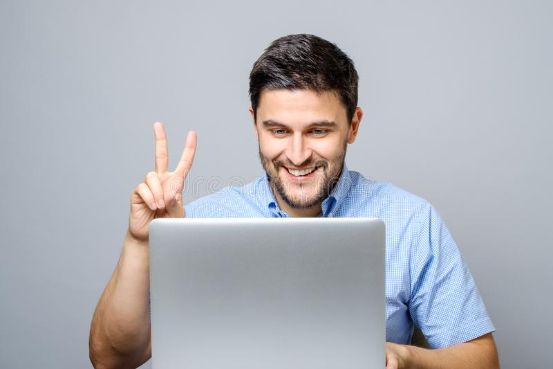 Gelukkige jonge mensenvideo die op laptop computer babbelen royalty-vrije stock fotografie