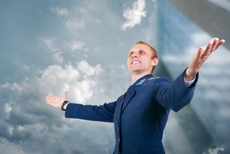 Gelukkige jonge mensenvliegtuigen proef over blauwe hemelachtergrond royalty-vrije stock foto
