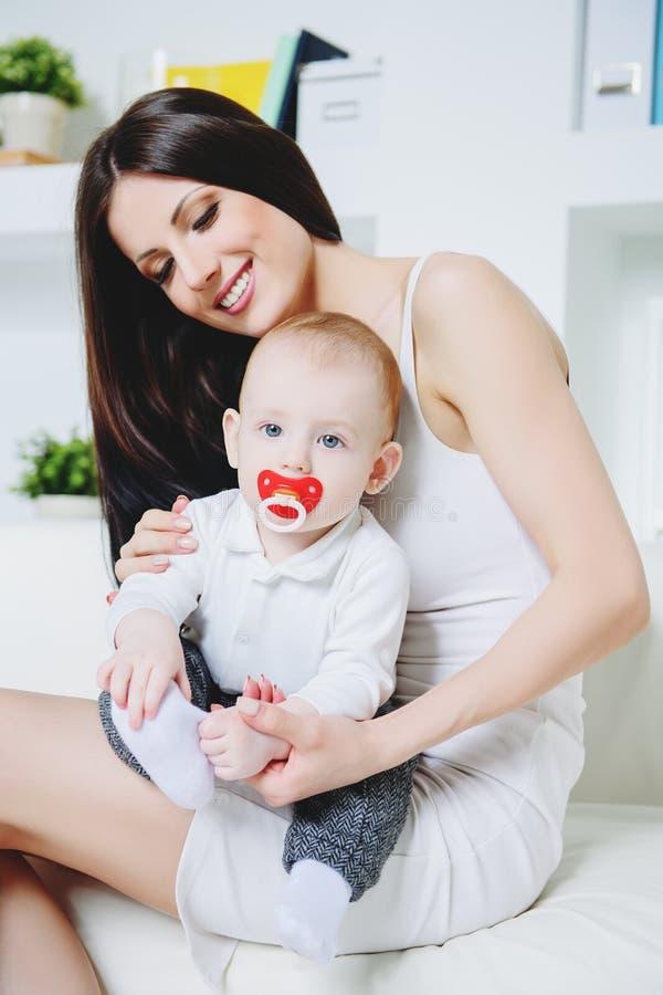 Gelukkige jonge moeder stock foto's