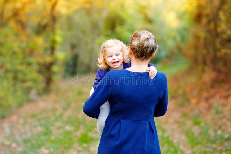 Gelukkige jonge moeder die dochter van de pret de leuke peuter, familieportret hebben samen Vrouw met mooi babymeisje in aard royalty-vrije stock afbeeldingen