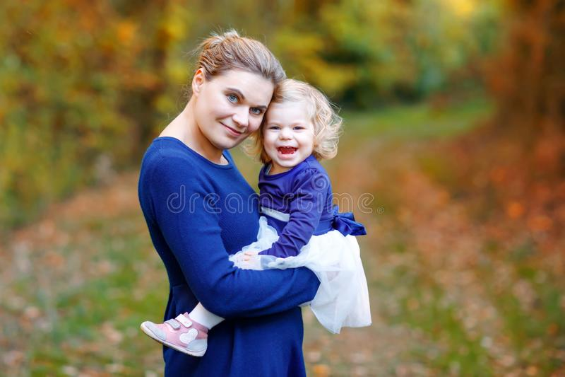 Gelukkige jonge moeder die dochter van de pret de leuke peuter, familieportret hebben samen Zwangere vrouw met mooi babymeisje stock foto