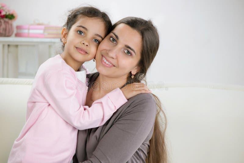 Gelukkige jonge moeder met dochter royalty-vrije stock afbeelding