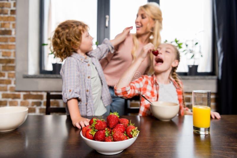 gelukkige jonge moeder met leuke kinderen royalty-vrije stock afbeeldingen