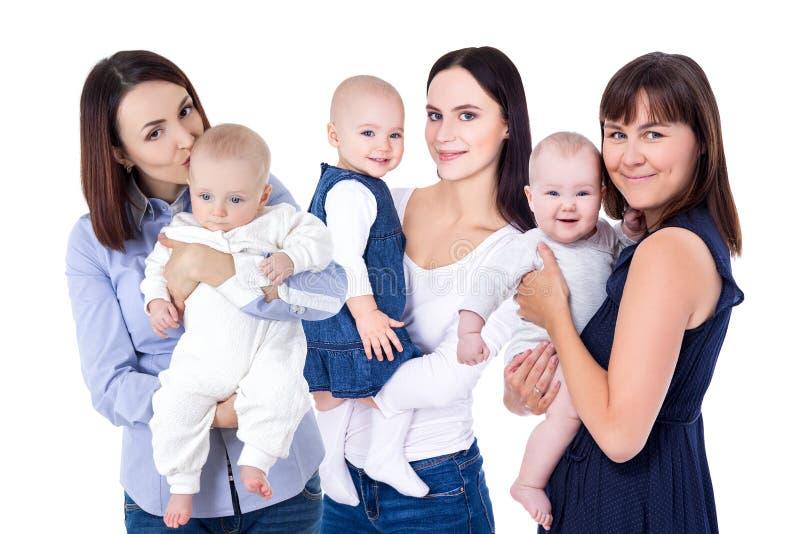 Gelukkige jonge moeders met kleine die jonge geitjes op wit worden geïsoleerd stock foto