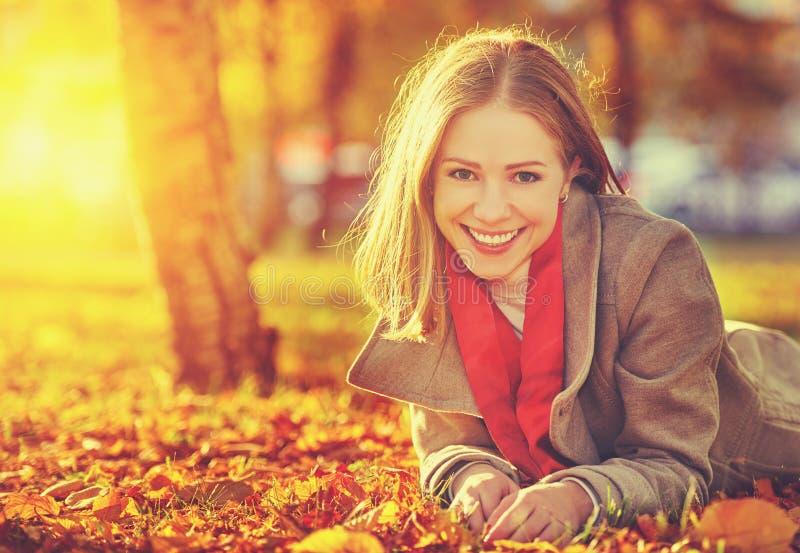 Gelukkige jonge mooie vrouw in de herfst royalty-vrije stock afbeelding