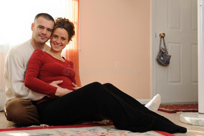 Gelukkige jonge ouders stock afbeelding