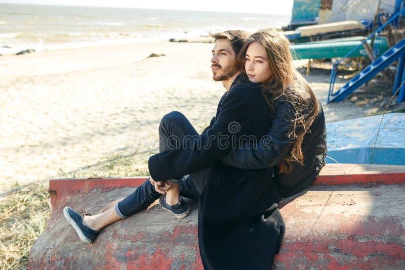 Gelukkige jonge paar het besteden tijd op de overzeese kust in de lente stock afbeeldingen