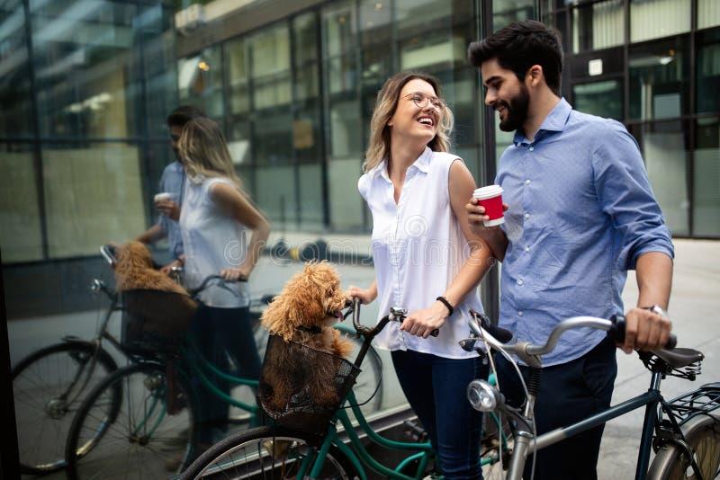 Gelukkige jonge paar het besteden tijd samen met hond en fietsen royalty-vrije stock foto