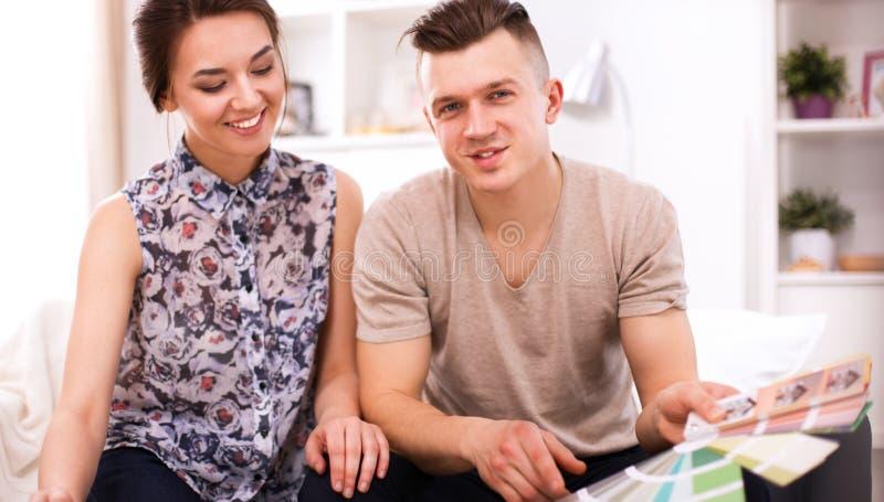 Download Gelukkige Jonge Paarzitting Samen Stock Foto - Afbeelding bestaande uit aantrekkelijk, volwassen: 107705742